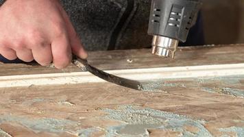 limpieza de puertas de pintura vieja, restauración de puertas de madera foto