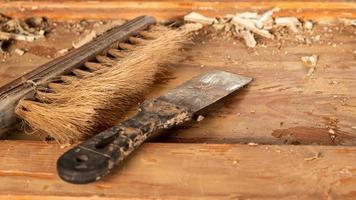 limpieza de puertas de pintura vieja, restauración, reparación de puertas de madera con espátula y cepillo foto
