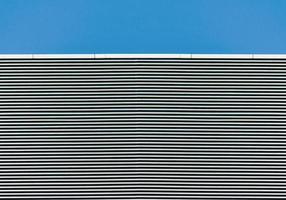 pared rayada con cielo azul claro foto