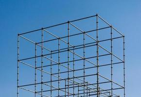 estructura de metal en un cielo azul foto