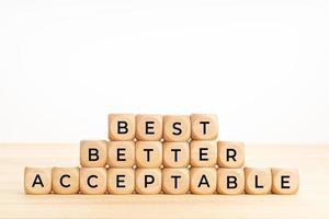mejores, mejores y aceptables palabras en bloques de madera en la mesa foto