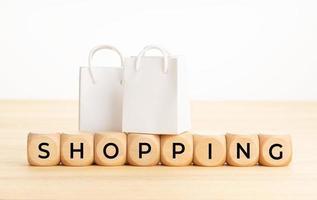 texto de compras en bloques de madera en la mesa y bolsas de papel foto