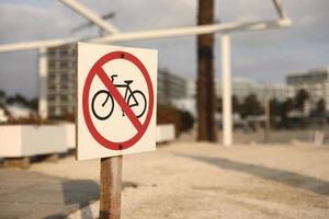señal de tráfico de la playa no ingrese con una bicicleta. enfoque selectivo, cartel en la playa que prohíbe las bicicletas. foto