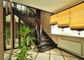 Escaleras y alfombra en el interior de una casa recién modernizada. Pasillo interior con escalera. foto