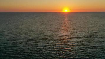 hermoso amanecer sobre el horizonte. fotografía aérea. amanecer en el océano. foto