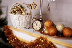 interior de estudio de navidad en colores dorado y plateado foto