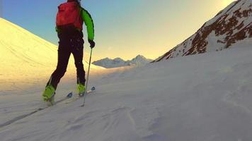 Zeitlupe des Bergskifahrers