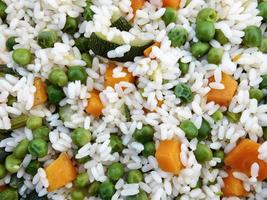 primer plano, de, guisantes, zanahorias, y, arroz foto