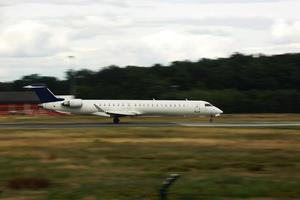gran avión en la pista. avión en despegue lateral foto