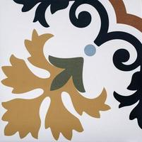 Close-up de antiguos azulejos portugueses con detalles de figuras geométricas foto