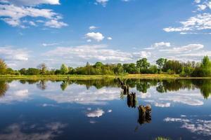 el cielo y las nubes se reflejan en el agua. foto