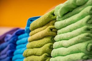 toallas verdes y azules foto