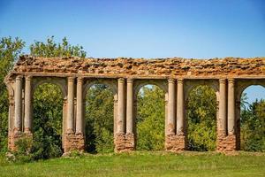 Palacio medieval abandonado con columnas en Ruzhany, Bielorrusia foto