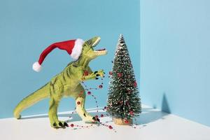 adornos navideños, dinosaurio con regalos foto