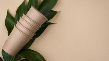 Vajilla desechable ecológica y espacio de copia de vista superior de la taza foto