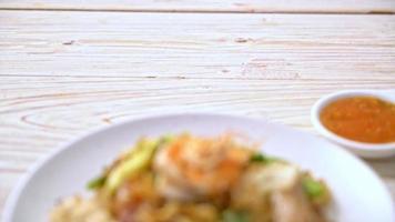 Sukiyaki seco aletria frita com legumes e frutos do mar em molho sukiyaki