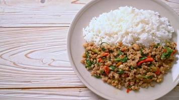 salteado de albahaca tailandesa con carne de cerdo picada y chile sobre arroz cubierto video