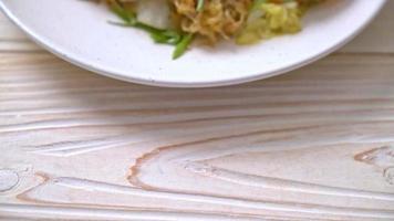 mexa aletria frita com legumes e frutos do mar em molho sukiyaki