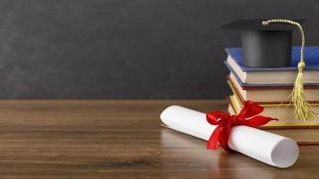 diploma del día de graduación y gorra en el escritorio foto