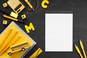 Escritorio de estudiante negro y amarillo con espacio de copia foto