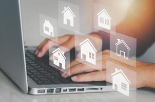 concepto de bienes raíces en línea foto