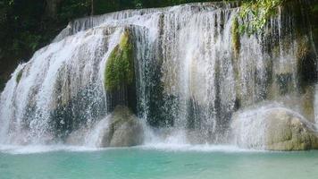 cachoeira erawan na floresta. Kanchanaburi, Tailândia