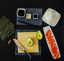 Vista superior de los ingredientes para el sushi. foto