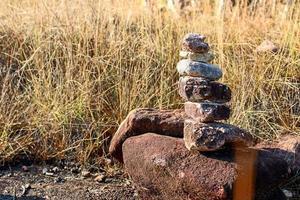rocas apiladas en un campo foto