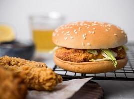 vista frontal hamburguesa de pollo frito. resolución y hermosa foto de alta calidad