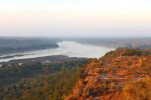 puesta de sol vista al río foto
