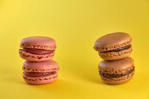 macarrón de tarta de cerca sobre un fondo amarillo, sabor a galletas de almendra en colores pastel y espacio para texto. foto