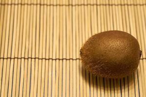 kiwi marrón maduro sobre un fondo de paja.