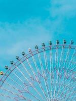 noria en el parque con fondo de cielo azul foto