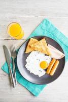 Vista superior del plato de desayuno en la mesa de madera - Efecto de filtro vintage claro foto