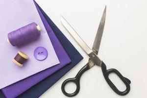 tela morada y herramientas de costura foto