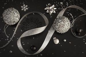 adornos navideños negros y plateados foto