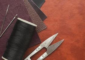cuero, agujas e hilo para coser foto