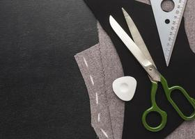 tela, agujas e hilo para coser foto