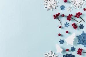 bayas de invierno, copos de nieve sobre fondo azul foto