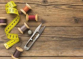 Herramientas de costura sobre fondo de madera foto