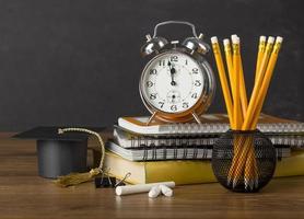escritorio del estudiante con gorro de graduación foto