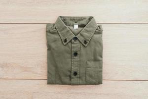 camisa sobre fondo de madera foto