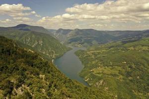 Lago perucac y río drina desde la montaña tara en serbia foto