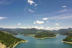 Vista del lago Zaovine desde la montaña Tara en Serbia foto