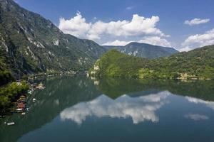 vista al lago percac en serbia foto