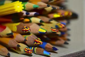 muchos lápices de diferentes colores de cerca foto
