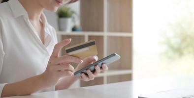mujer con smartphone para banca online foto