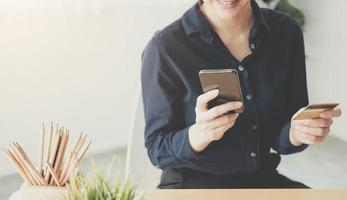 mujer sonriendo mientras mira el teléfono foto