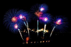 hermoso espectáculo de fuegos artificiales en el cielo negro foto