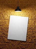 cartel sobre un fondo de pared de ladrillo con una bombilla de luz, maqueta de render 3d foto